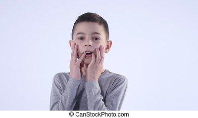 garçon, cheveux, main, surpris, enfant avoirs, figure, ou, stupéfié