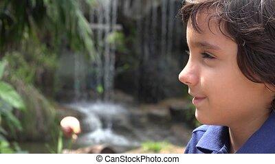 garçon, chute eau, préadolescent, hispanique