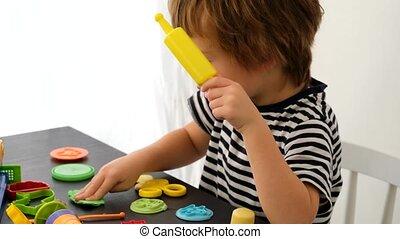 garçon, coloré, argile modelage, jouer