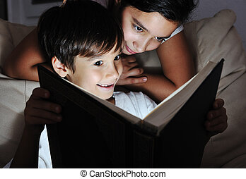 garçon, concept, lumière, livre, lecture fille, nuit, enfants