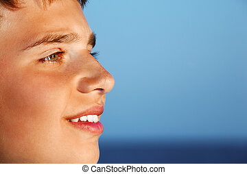 garçon, contre, regarder, adolescent, mer, sourire, loin