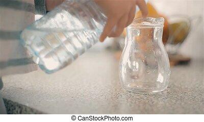 garçon, cruche, verse, plastique, bouteille eau, propre, boire