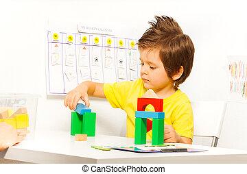 garçon, cubes, coloré, jeu, construction, mettre