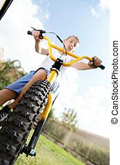 garçon, dehors, vélo