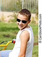 garçon, dehors, vélo, lunettes