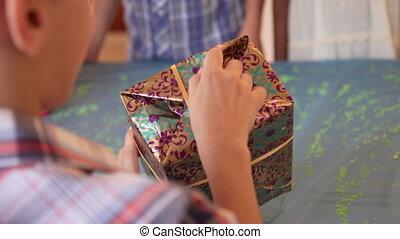 garçon, dons, ouvert, présente, boîtes, fêtede l'anniversaire, heureux