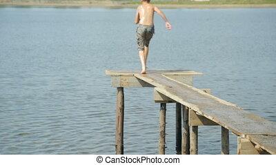 garçon, eau, sauter
