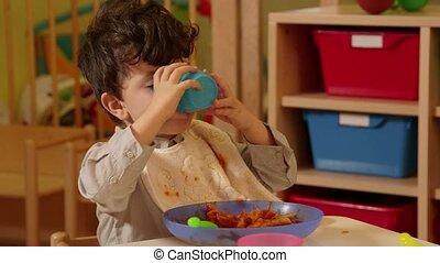 garçon, enfants, eduquer fille, manger