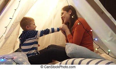 garçon, enfants, petite mère, tente, jouer, home., heureux, sien, playroom., caucasien, gosse