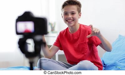garçon, enregistrement, appareil photo, vidéo, maison, heureux