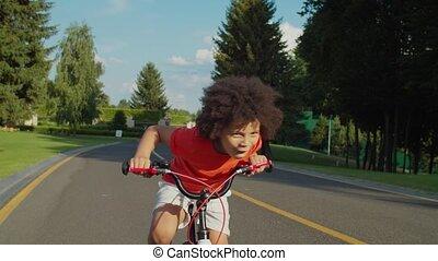 garçon enthousiasmé, bicyclette voyageant, parc, peu, public