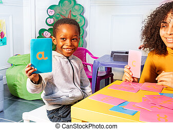 garçon, exposition, lettre, apprendre, cartes, cursif, tactile