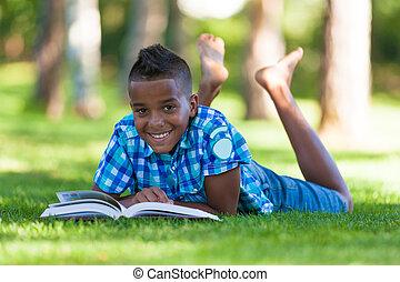 garçon, extérieur, gens, -, livre, noir, étudiant, africaine, portrait, lecture