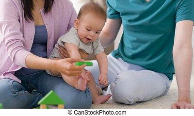 garçon, famille, bébé, maison, jouer, heureux