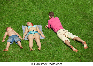 garçon, famille, reposer, haut, herbe, vue