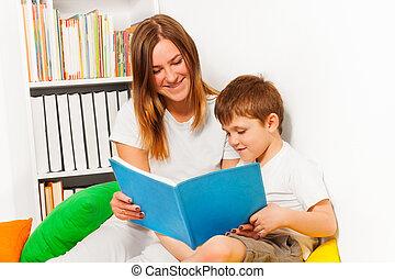 garçon, femme, elle, lire, enseignement, sourire, gosse