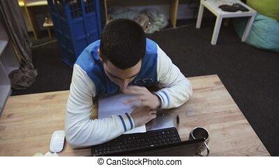 garçon, feuilles, stretching., papier, sur, après, haut, computer., sillage, étudiant, gladly, devant, sommeil, coup d'œil