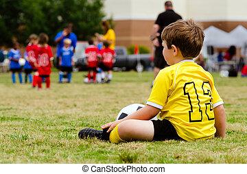 garçon, football, regarder, football, organisé, jeune, uniforme, jeunesse, jeu, enfant, touches, ou
