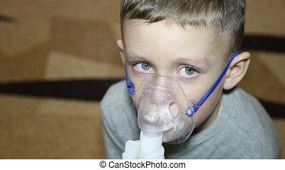 garçon, froid, inhalateur, respire