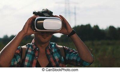 garçon, funny., road., sac à dos, réalité virtuelle, regarder, jouer, lunettes
