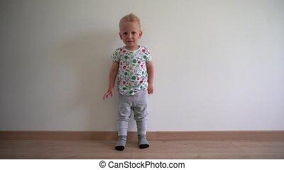 garçon, gimbal, elle, jambe, fâché, mouvement, arrière-plan., cri, stomp, blanc, hysteric