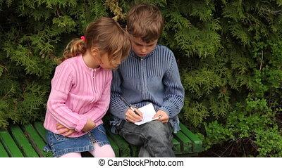 garçon, girl, banc, arbres, asseoir