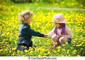 garçon, girl, fleurs
