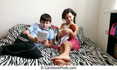 garçon, girl, jouer, tablette, poupées