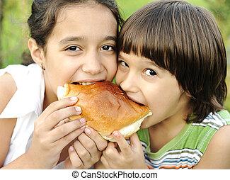 garçon, girl, manger ensemble, nature