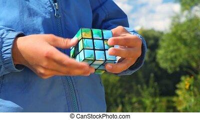 garçon, gros plan, cube, résout, parc, mains, la terre