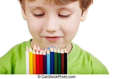garçon, gros plan, examine, crayons, couleur, peu, t-shirt, vert, portrait