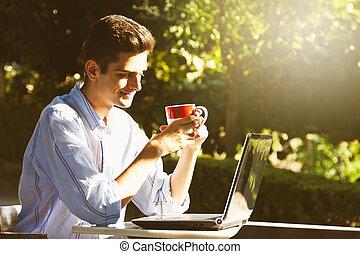 garçon, informatique, coucher soleil, dehors