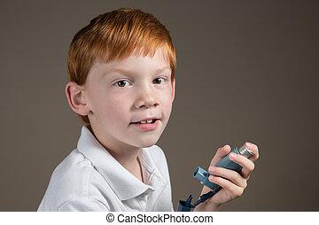garçon, inhalateur, asthme, jeune, tenue