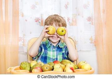 garçon, intérieur, pommes, table, devant, portrait, fruits., jouer, heureux