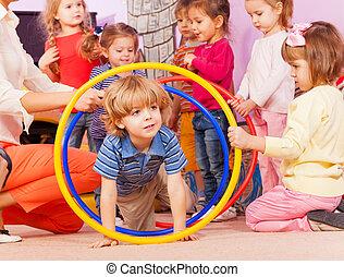 garçon, jeu, goup, jardin enfants, arceaux, gentil