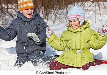 garçon, jeu, hiver, séance, peu, neige, bois, girl