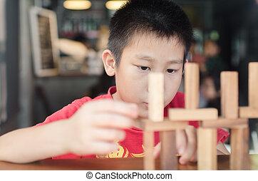 garçon, jeu, (jenga)., bois, asiatique, jouer