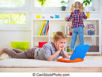 garçon, jeu, ordinateur portable, peu, maison, intelligent