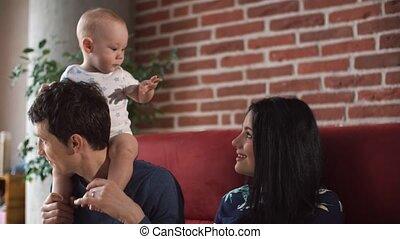 garçon, jeu, peu, parents, blonds, heureux