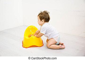 garçon, jeu, toilette, pot, tabouret, nourrisson, potty, fond, enfant, bébé, blanc, enfantqui commence à marcher