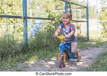 garçon, jeu, vélo, vélo, bike., années, 2, par, équitation, village, vieux, équilibre