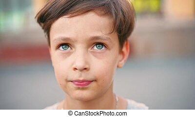 garçon, jeune regarder, sourire., appareil photo, caucasien
