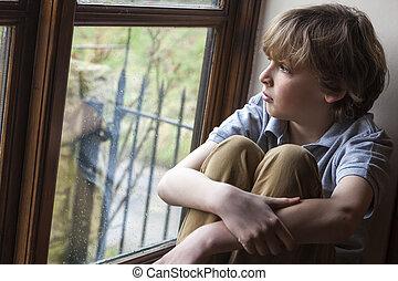 garçon, jeune, triste, regarder, fenêtre, enfant, dehors