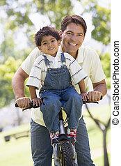 garçon, jeune, vélo, dehors, homme souriant
