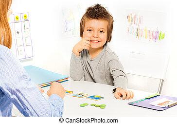 garçon, jeux, développer, jeu, cartes, sourire