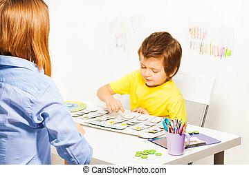 garçon, jeux, pointage, développer, jeu, calendrier