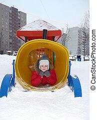 garçon, jouer, hiver, cour de récréation