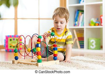 garçon, jouet éducatif, jeux, intérieur, gosse