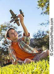 garçon, jouet, jeune, dehors, modèle, avion jouant