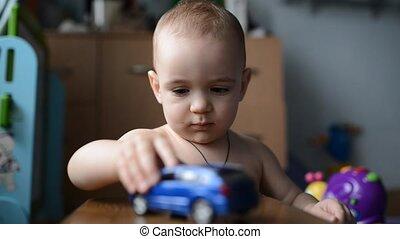 garçon, jouet, jouer, enfantqui commence à marcher, voiture